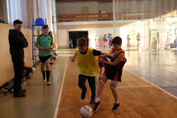 В Кыштыме завершились соревнования по мини-футболу среди школьников. Наши футболисты одержали победу в старшей возрастной группе.